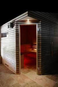 Sauna aussen beleuchtet
